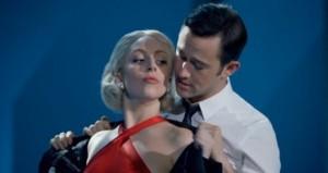觀看Lady Gaga和Joseph Gordon-Levitt Breeze合唱《Baby, It's Cold Outside》